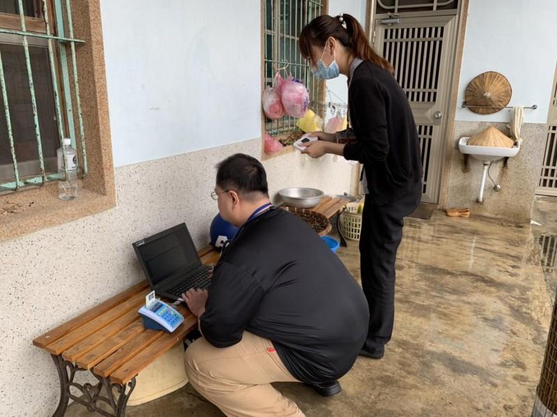 為恭醫院家醫科主任湯夢彬率領居家醫療團隊,走入深山偏鄉,常遇到網路沒訊號等問題。(記者鄭名翔翻攝)