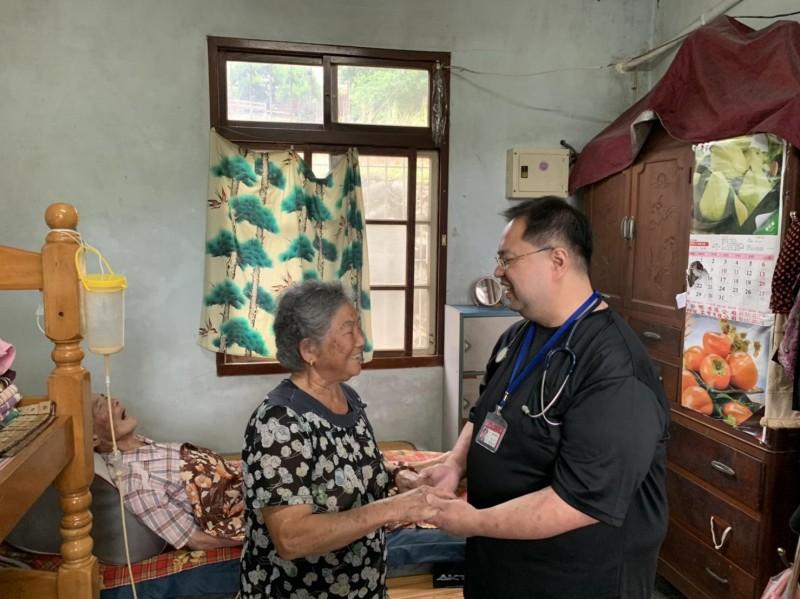 為恭醫院的雁行居家醫療,讓許多行動不便的長輩可以方便獲得專業治療。(記者鄭名翔翻攝)