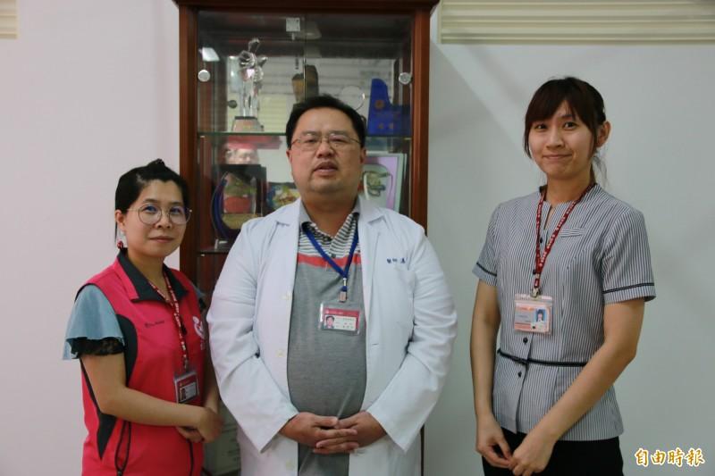 為恭醫院家醫科主任湯夢彬(中)團隊3年來守護苗北地區7千名行動不便病患。(記者鄭名翔攝)