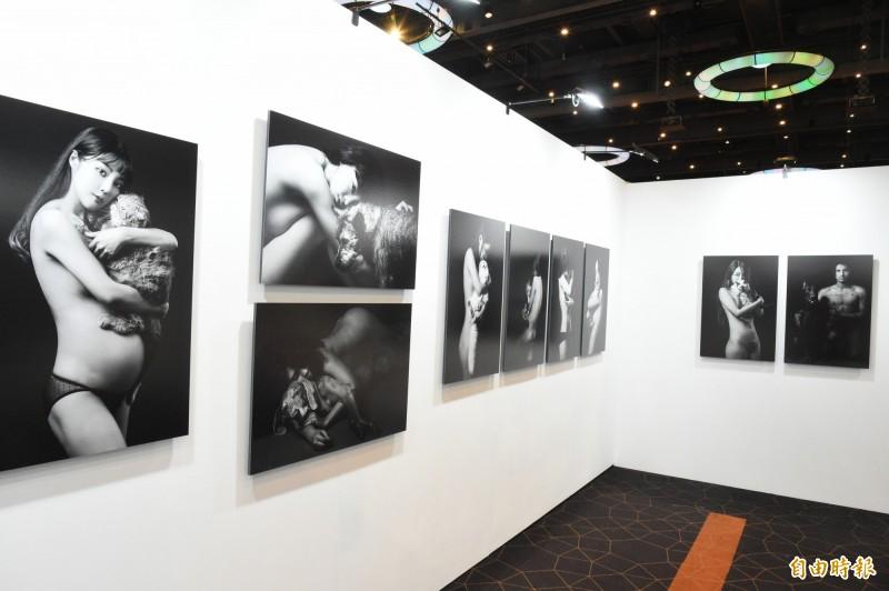 台灣首位獲法國PX3攝影獎攝影師徐聖淵,帶來未曾曝光全新系列創作《無條件的愛》,以人類與寵物坦誠相見的平等概念,請模特兒想像「牠有一天會離開你」的情緒並記錄下來。(記者張忠義攝)