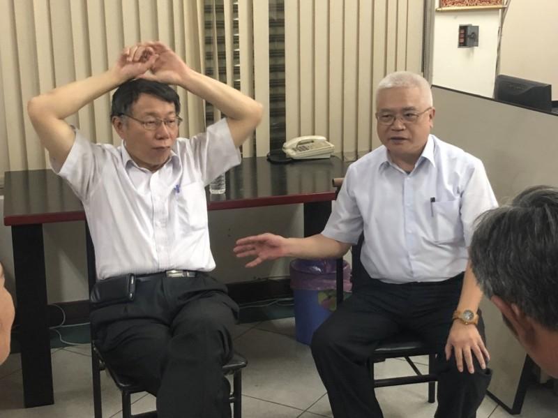 柯文哲(左)拜訪李建忠(右),引發拔樁參選總統聯想。(讀者提供)