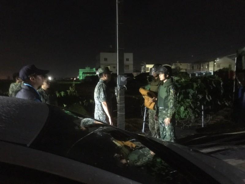 阿伯帶回的未爆彈讓家人大吃一驚,軍方也在晚間趕到現場將迫砲彈帶走。(記者顏宏駿翻攝)