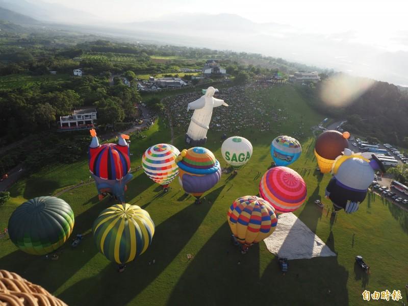 鹿野鄉瑞和社區發展協會搭配熱氣球氣,推出社區文化微旅行,讓民眾看熱氣球又能走進社區。(記者王秀亭攝)