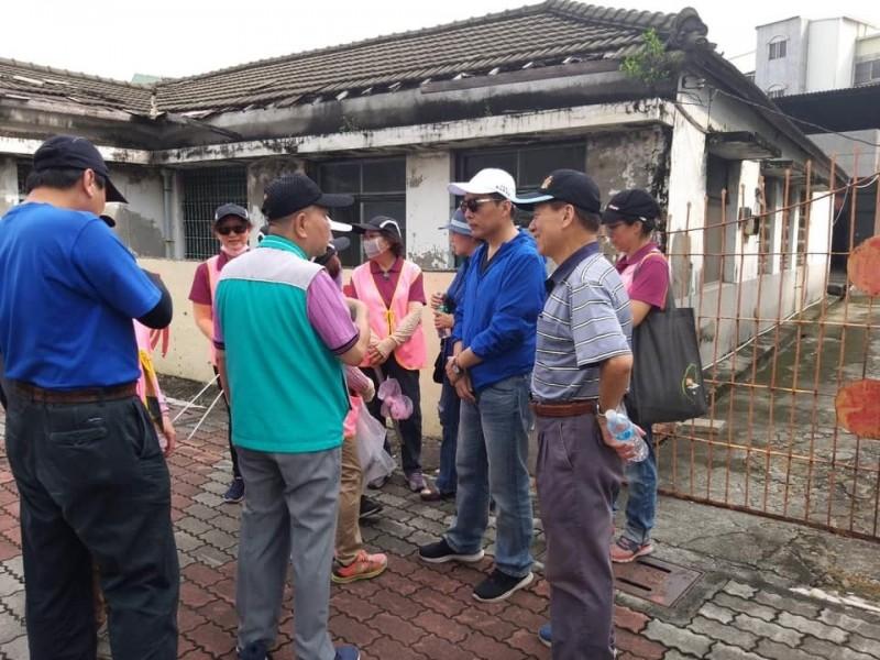 高市民政局長曹桓榮(中間藍衣)說明,鳳山年度既定噴藥已完成。(記者王榮祥翻攝)