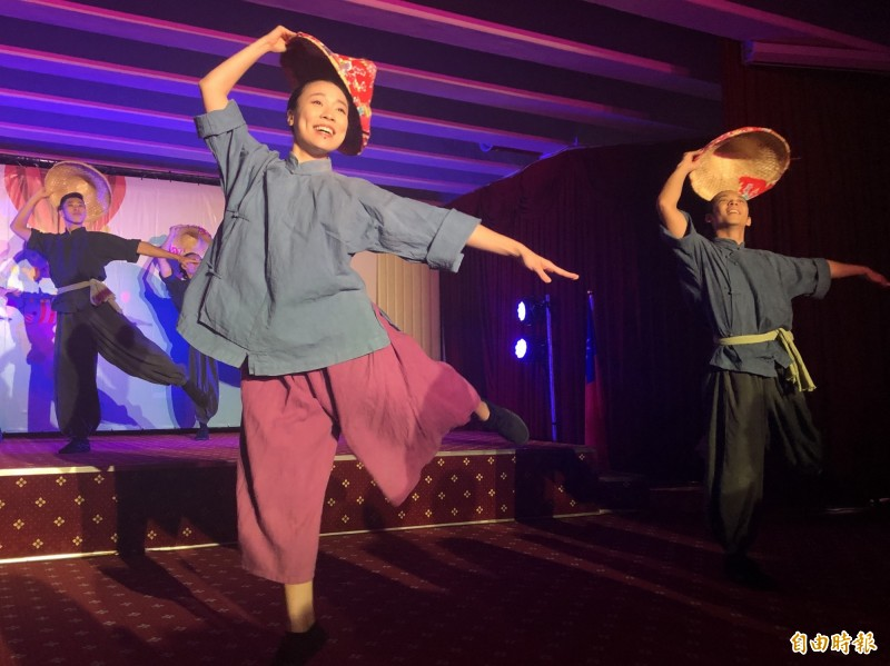 福爾摩沙馬戲團(FOCA),在外交部邀請下,將赴印尼與印度兩國四地進行文化巡演,今在授旗記者會演出「亞洲之心」片段。(記者呂伊萱攝)