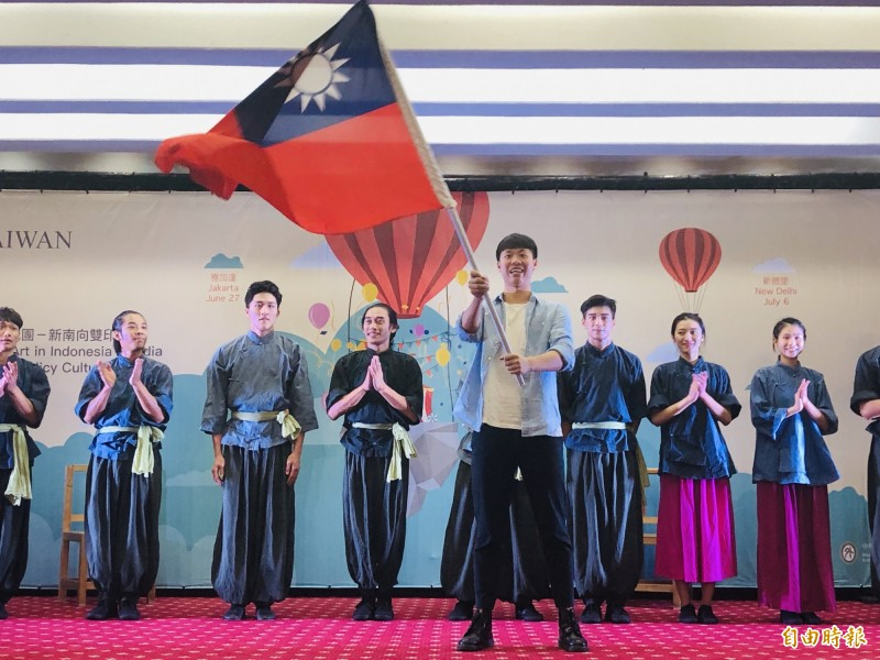 福爾摩沙馬戲團新南向巡演,外交部今舉行授旗儀式。(記者呂伊萱攝)