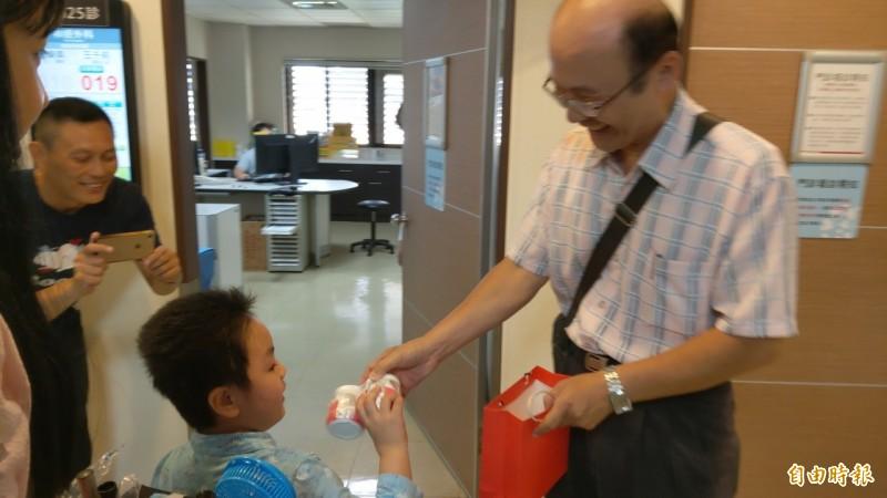 謝沛帛今天到羅東博愛醫院回診,評估腦部狀況,民眾紛紛到場打氣。(記者張議晨攝)