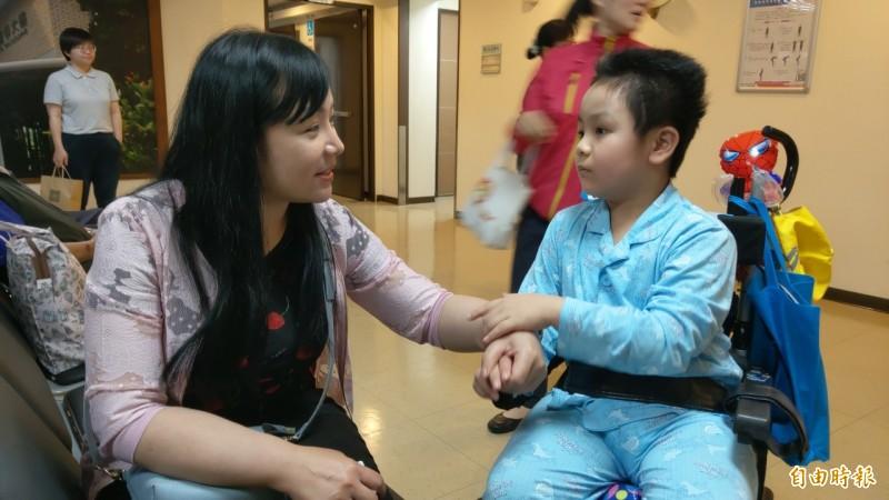 普悠瑪事故最小傷者謝沛帛,今天到羅東博愛醫院回診,評估腦部狀況,貼心的向媽媽說謝謝。(記者張議晨攝)