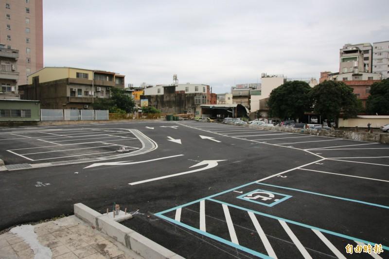 頭份市立立體停車場拆除後,已完成整地,作為平面停車場。(記者鄭名翔攝)