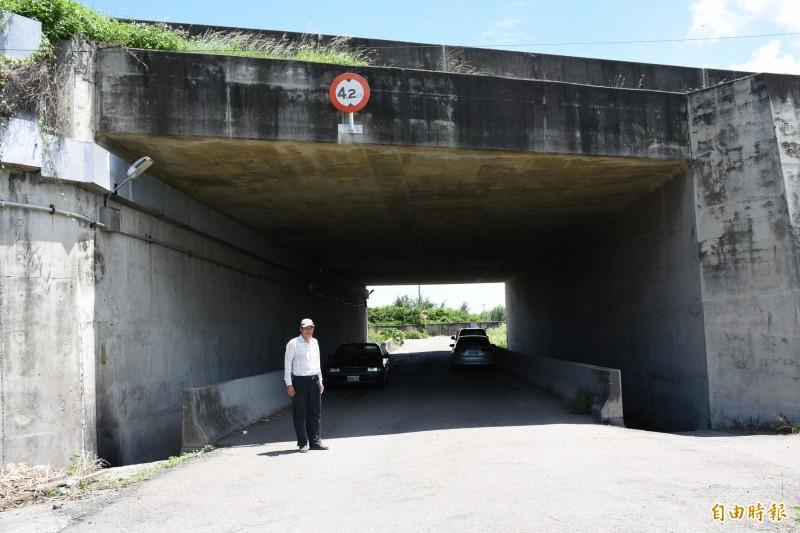 泉州村長丁金獅盼政府從涵洞北側興建橋樑跨過馬公厝大排。(記者林國賢攝)