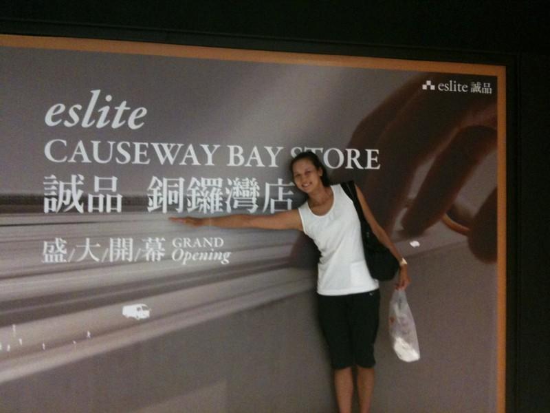 18歲的陳宜在香港誠品前拍照留念。(陳宜提供)
