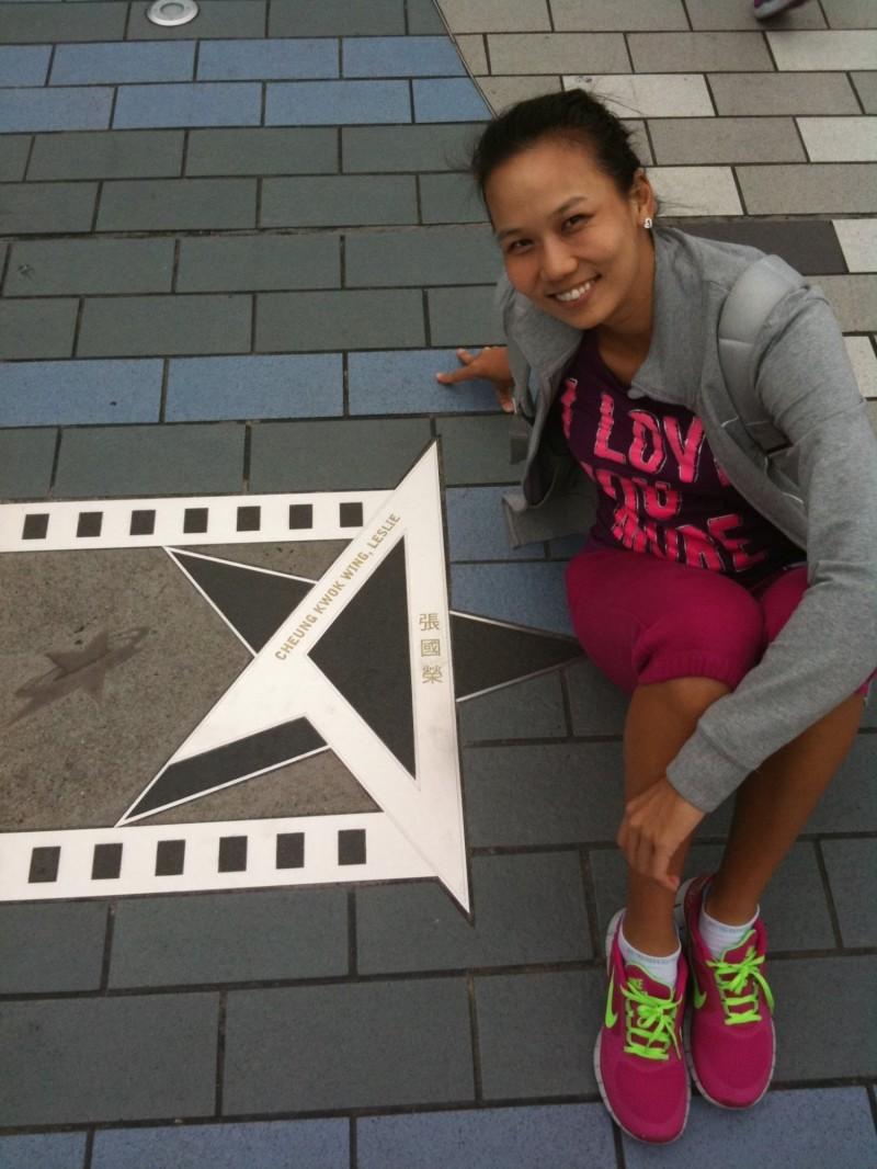 陳宜在香港尖沙嘴星光大道已逝藝人張國榮的紀念牌旁留念。(陳宜提供)