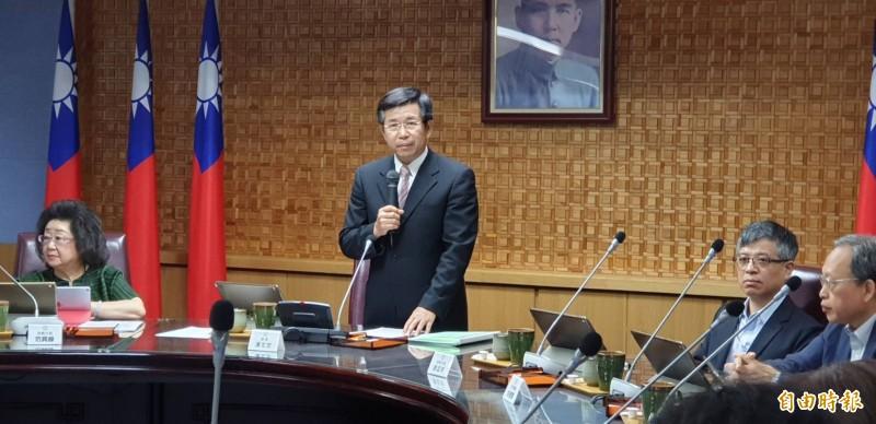 教育部長潘文忠(站立者)今天在部務會議上表示,如果仍有人或團體惡意扭曲性別平等教育內容,站在教育部的立場,將會持續依社會秩序維護法,向警政機關舉發。(記者林曉雲攝)