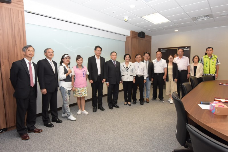 彰化縣長王惠美(左7)偕同民進黨、國民黨立委與縣議員共赴財政部,希望爭取更多中央分給地方的統籌分配稅款。(圖彰化縣政府提供)
