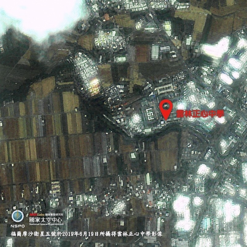 福衛五號拍下雲林正心中學排列的「FS7」大字黑白影像。(科技部提供)