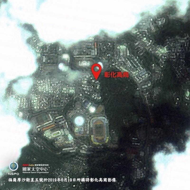 福衛五號拍下彰化高商排列的「FS7」大字黑白影像。(科技部提供)