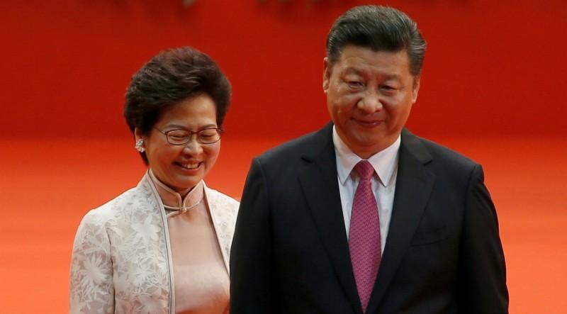 香港特首林鄭月娥(左)二〇一七年七月一日宣誓就職典禮上與出席典禮的中國領導人習近平(右)。(路透)