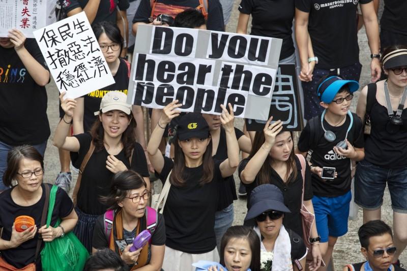 香港十六日反送中條例遊行群眾拿著「你聽見人民的聲音嗎」標語。(彭博社)