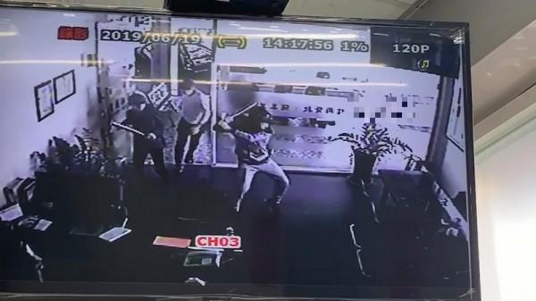 光天化日砸店 4黑衣人棒襲台南民間「金融機構」