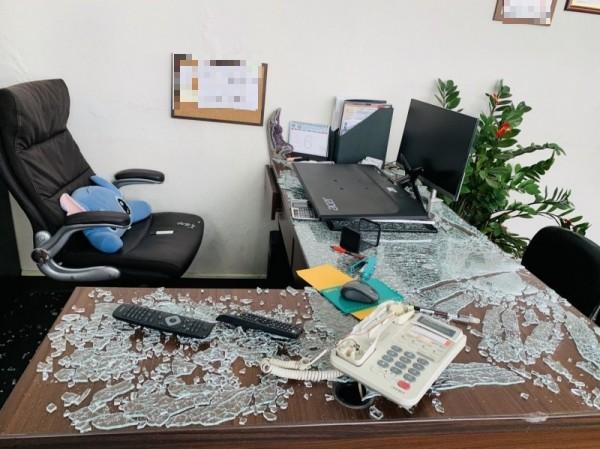 辦公桌上的玻璃桌墊也被砸碎。(記者王捷翻攝)