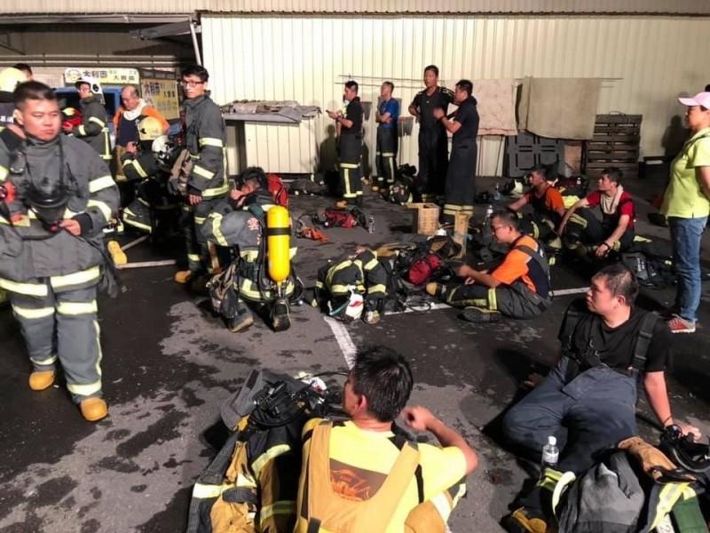 大批消防隊員及義消投入救災,受困民眾全救出。(記者廖淑玲翻攝)