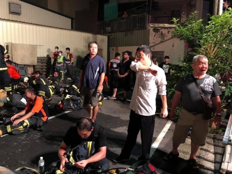 北港鎮長蕭永義(右二穿白色上衣者)在火警發生第一時間前往協助救災。(記者廖淑玲翻攝)