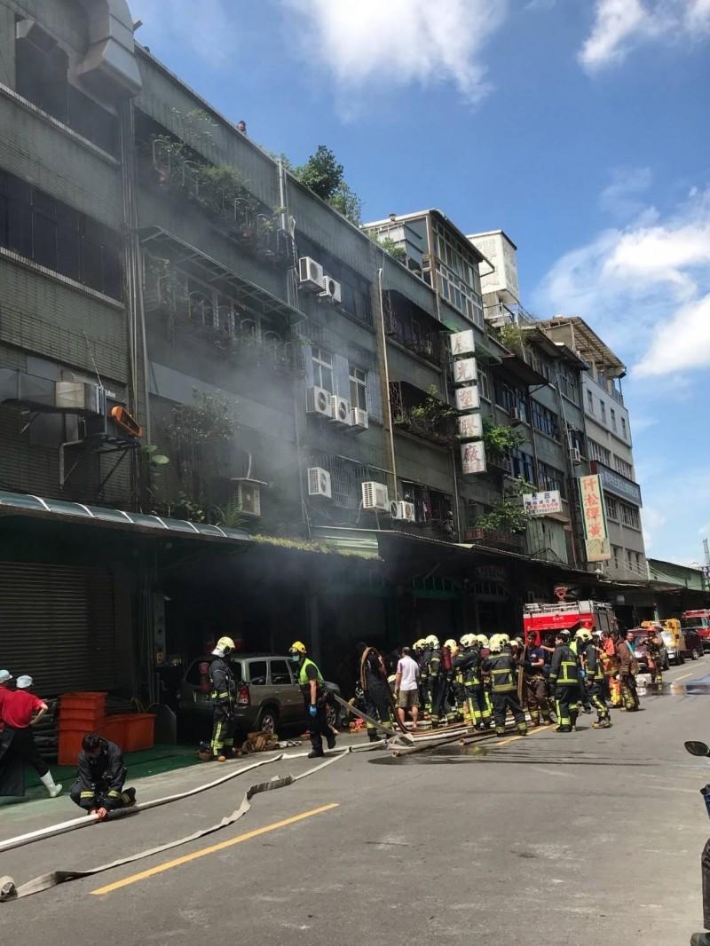 新北市三重國道路一段的連棟印刷工廠1樓竄出火煙,幸無造成人員傷亡。(記者王宣晴翻攝)