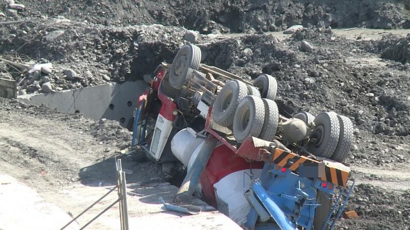 預拌混凝土車在卑南溪床的工地翻覆。(記者王秀亭翻攝)