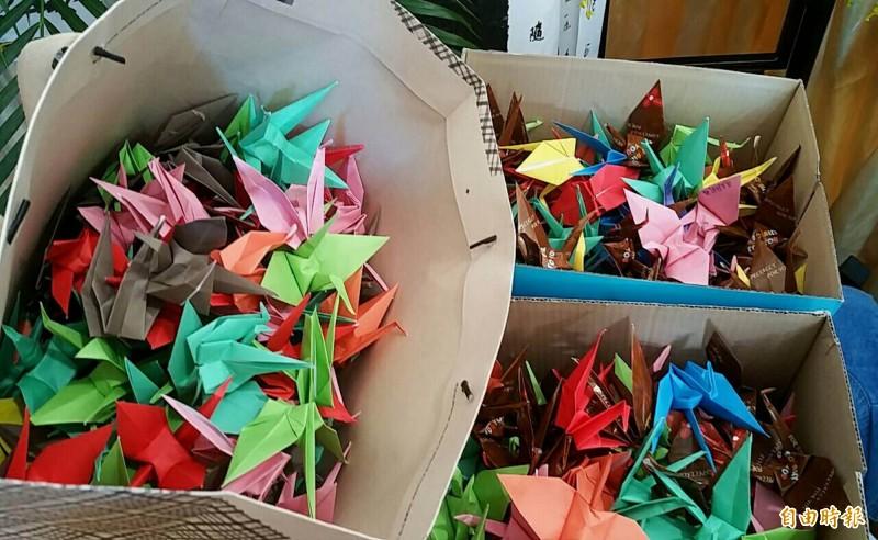長榮學生折紙鶴送到朱女靈堂前。(記者湯世名攝)