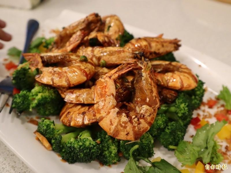 美極生抽焗中蝦,採用的活蝦料理,肉質 Q彈。(記者歐素美攝)