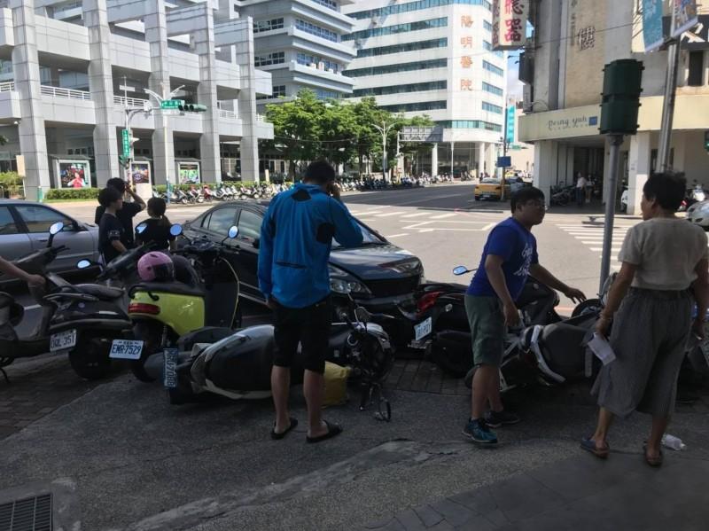 嘉義市政府旁中山路與吳鳳北路口,發生兩輛自小客相撞意外,致4台機車遭受波及全倒。(擷取自臉書綠豆嘉義人)
