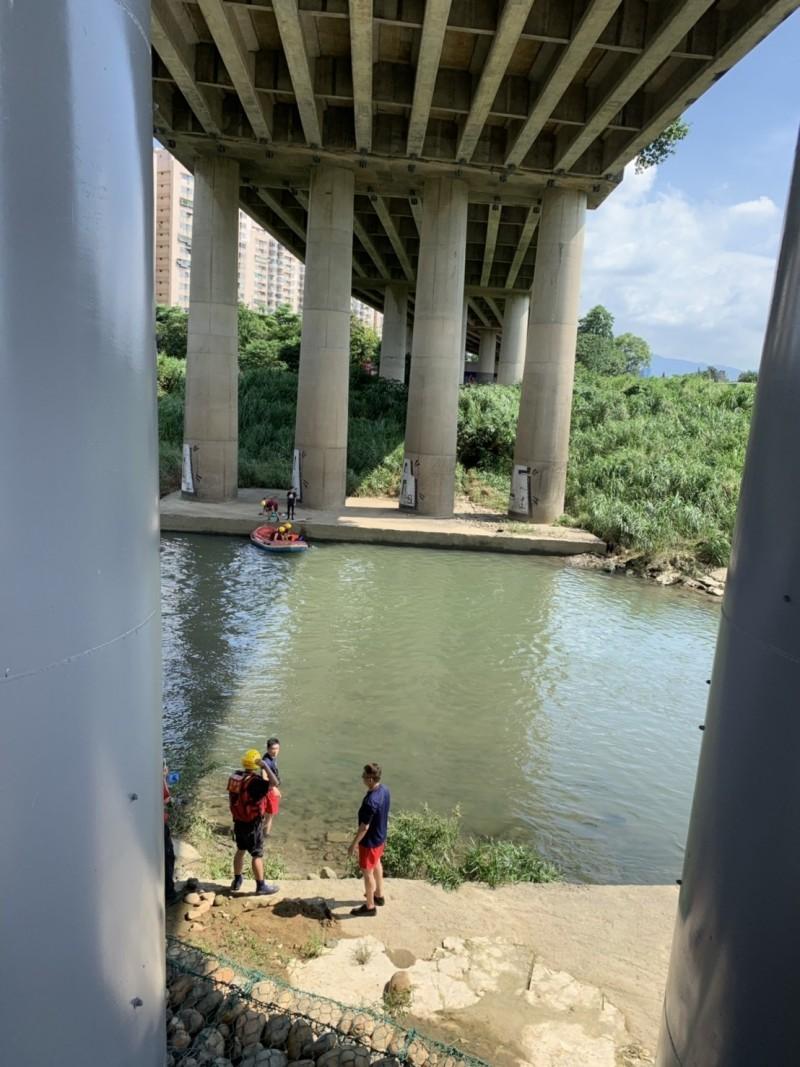 警消出動船艇救援溺水的陳姓少年。(記者陳薏云翻攝)