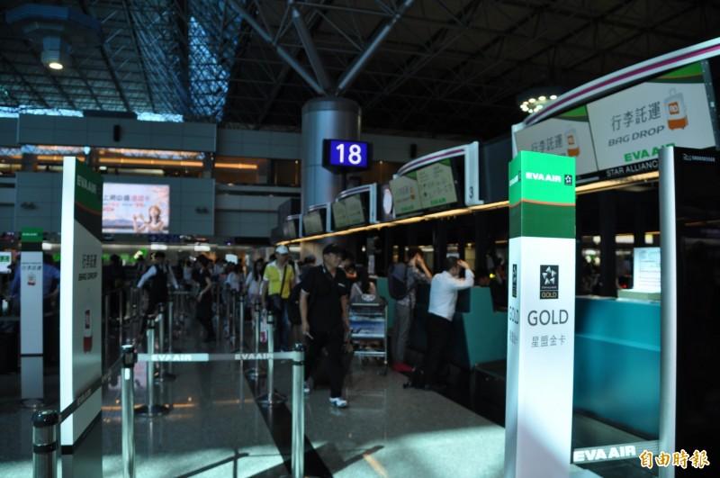 桃園機場第二航廈長榮航空報到櫃台作業正常。(記者周敏鴻攝)