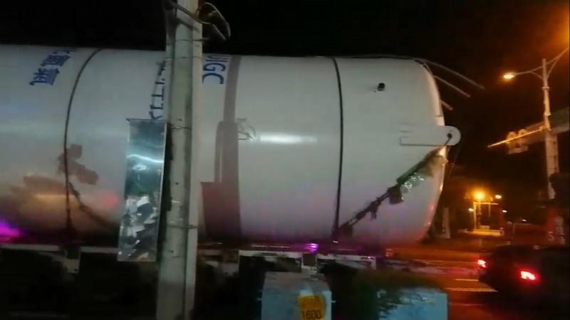 該槽桶外觀寫有「氮氣」的字樣,為儲存液態氮的設備。(記者蔡文居翻攝)
