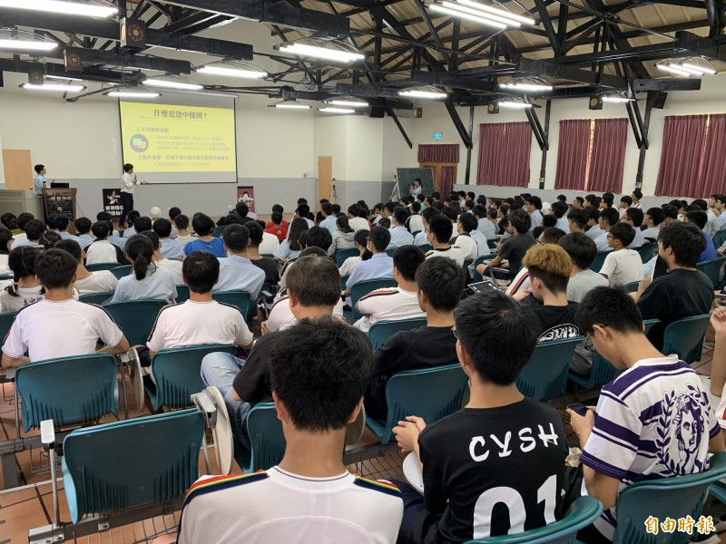 嘉義高中學生發起「天,港快亮吧!」活動,現場逾200名學生參與。(記者丁偉杰攝)