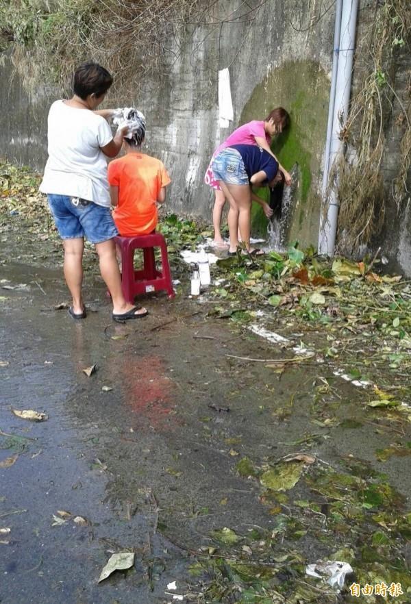 而因為山壁不斷洩水,2016年莫蘭蒂颱風後當時就有居民直接在山壁旁透過排水溝洗澡的罕見景象。(資料照,記者陳彥廷翻攝)