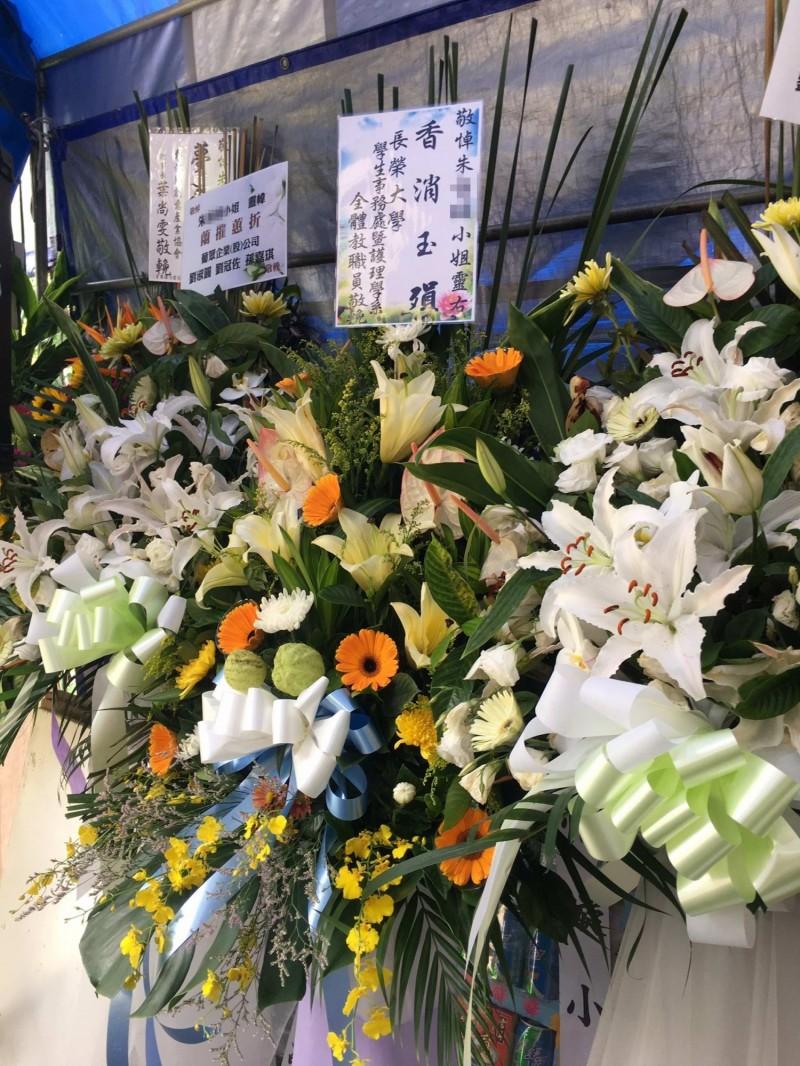 英勇救人的18歲朱女不幸過世,自家喪宅擺設鮮花祭悼。(記者湯世名翻攝)
