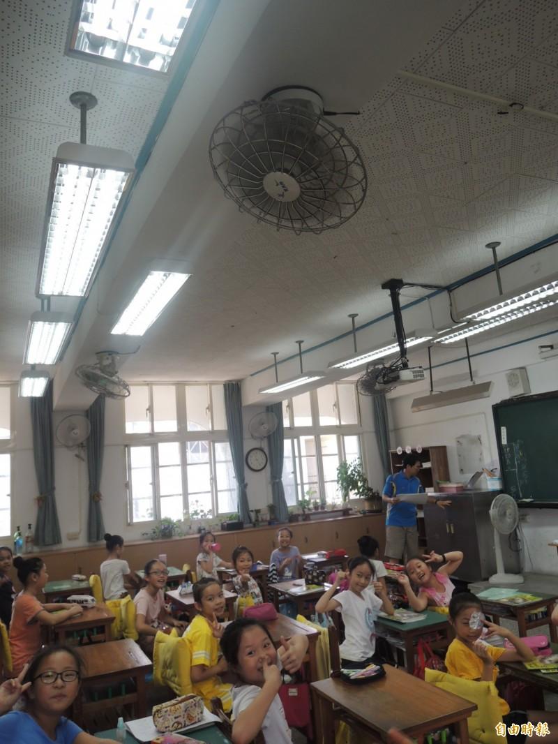 羅東鎮公所要為鎮內8所國中小學安裝冷氣機,圖為公正國小教室。(記者江志雄攝)