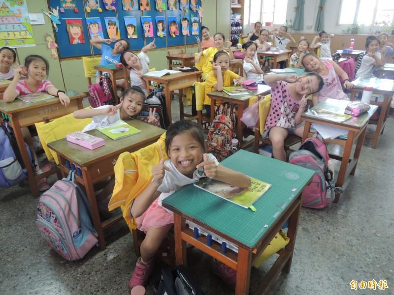 公正國小學生聽到日後可吹冷氣上課,紛紛舉手贊成。(記者江志雄攝)