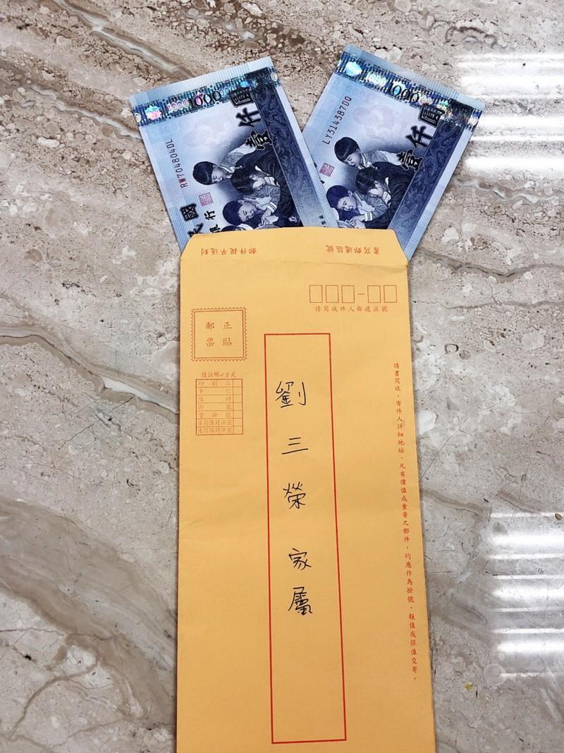 信封內有2000元,指定要給劉三榮家屬。(記者吳俊鋒翻攝)