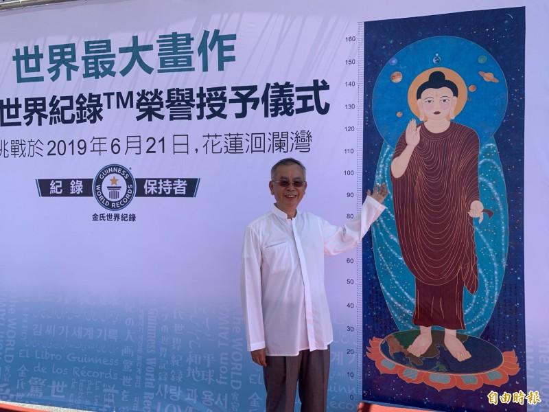 國際知名禪畫藝術家洪啟嵩與世紀大佛畫作縮圖合影。(記者王峻祺攝)