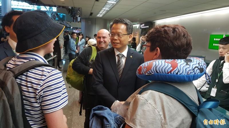 長榮航空總經理孫嘉明前往桃園機場慰問地勤人員,並向旅客致歉。(記者朱沛雄攝)