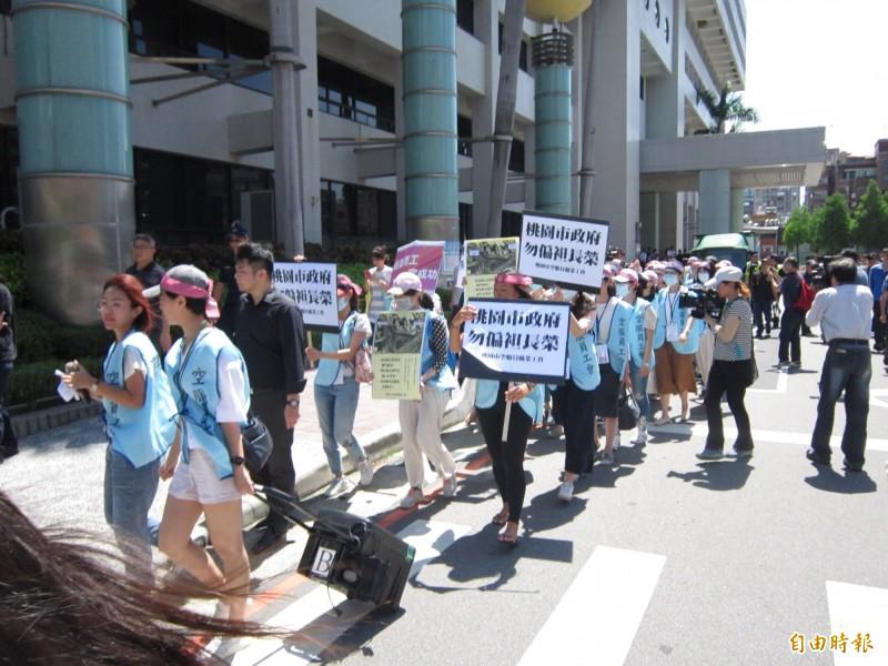 桃園市空服員職業工會成員,到市府抗議偏袒長榮。(記者謝武雄攝)