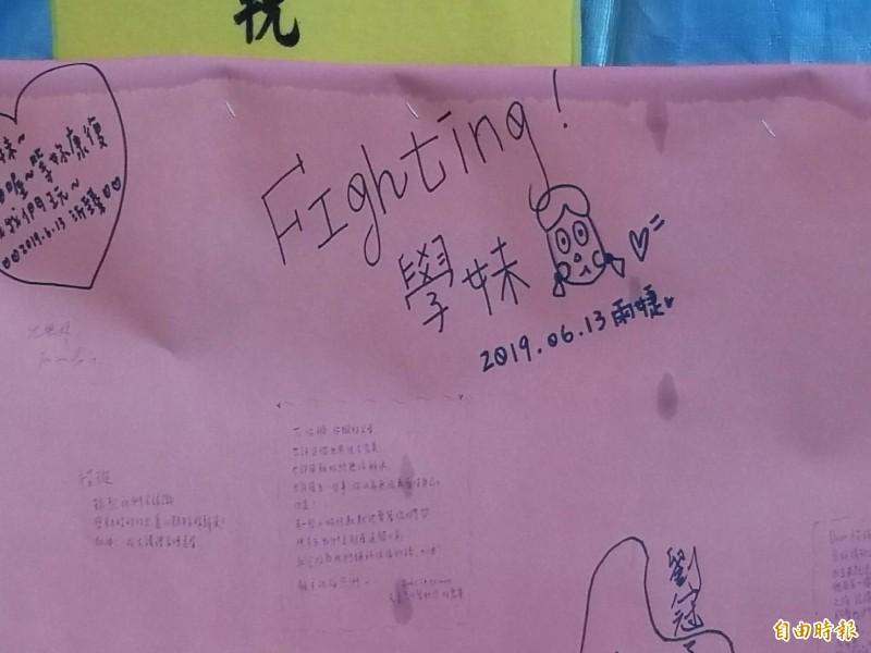 同學們寫下對朱女的思念。(記者張聰秋攝)