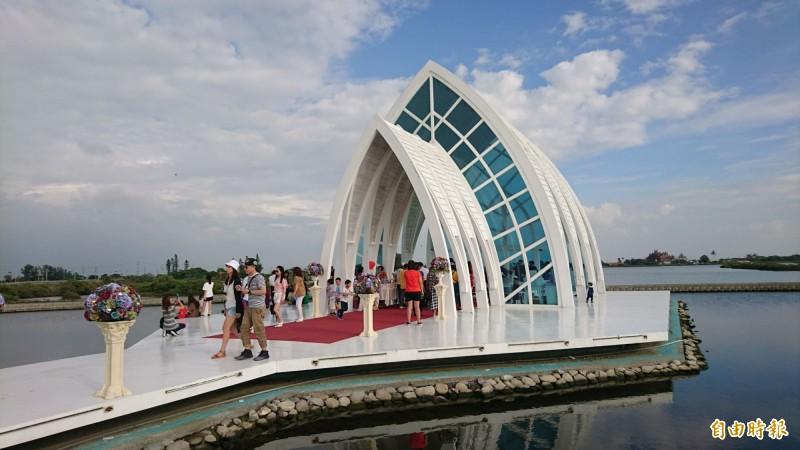 北門水晶教堂是西濱快線的景點之一。(記者楊金城攝)