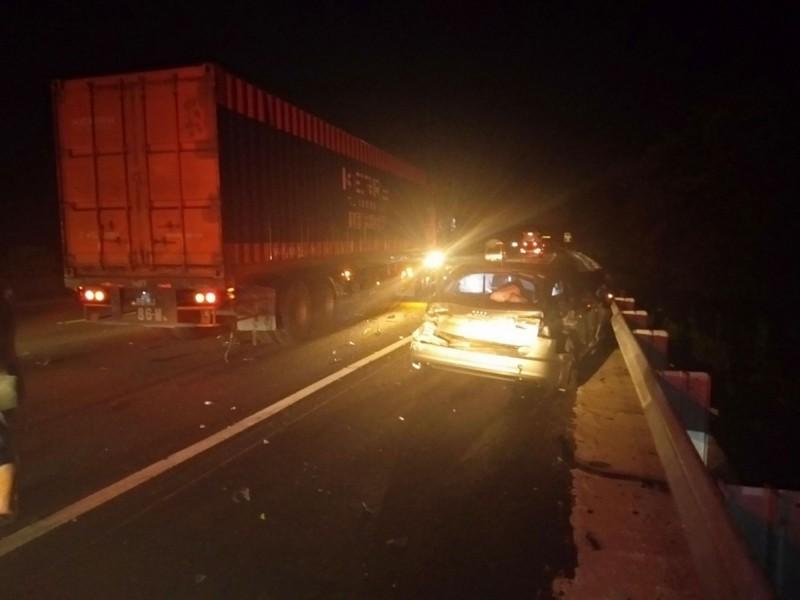 國道3號南下107公里處,昨晚深夜發生5台車的追撞車禍,有9人受輕傷送醫,生命跡象穩定,有1台車肇逃,警方已在釐清車禍肇事原因。(記者洪美秀翻攝)