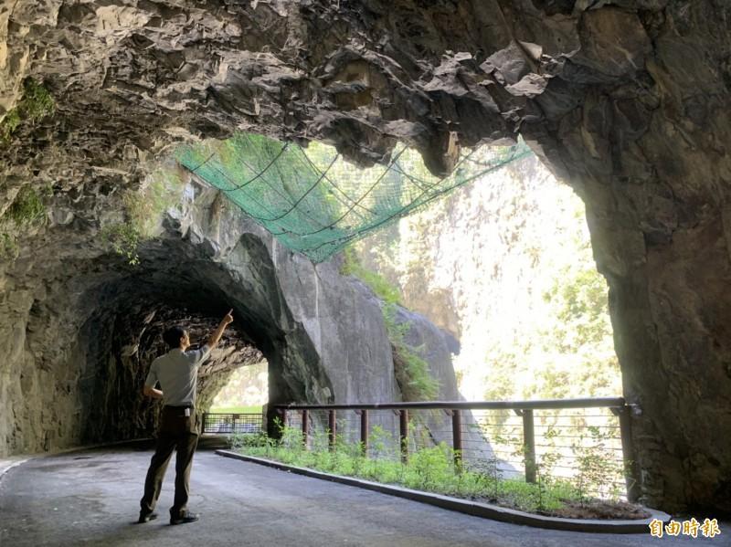 走進九曲洞步道後則會先經過巨大落石歷史區及小見天。(記者王峻祺攝)