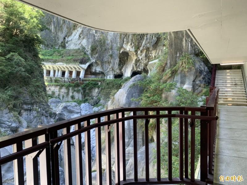 太管處為避開易落石區,新闢一段水景步道,方便遊客親近峽谷,聆聽轟隆水聲。(記者王峻祺攝)