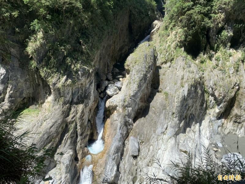 太魯閣九曲洞峽谷內有一道急流瀑布注入立霧溪,瀑布右側則有一顆巨石,外型宛如一條要跳躍急流的大魚,又名「魚躍龍門!」 (記者王峻祺攝)