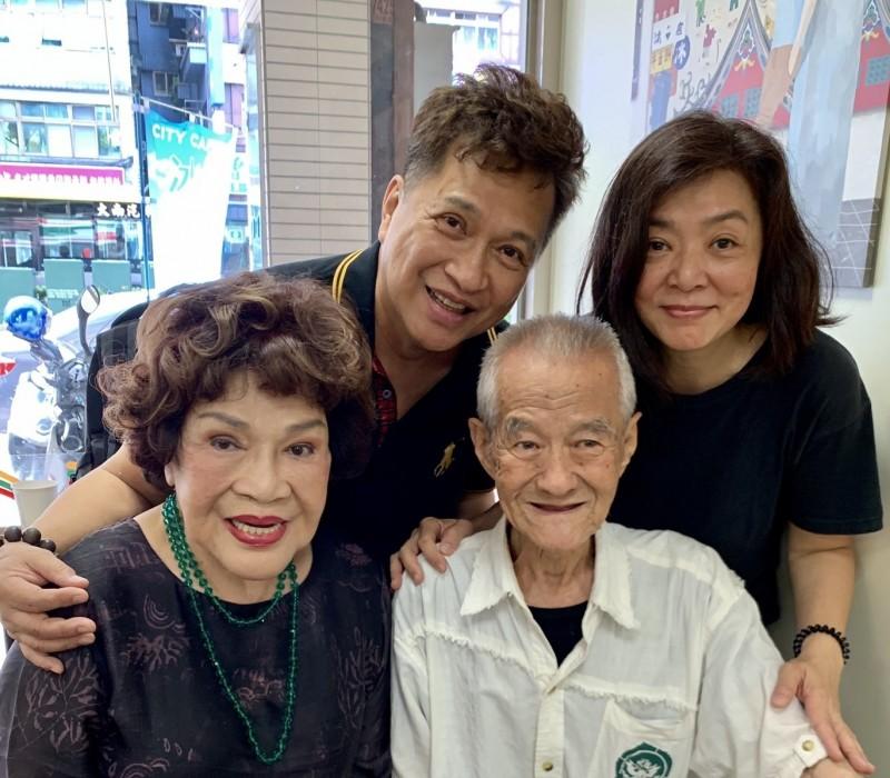 李朝永、周遊夫婦協助陳玉蓮(右)找到失散多年的親人張明國。(李朝永提供)